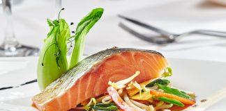 Zitronengras und gedämpfter Lachs auf asiatischem Gemüse und Pak Choy