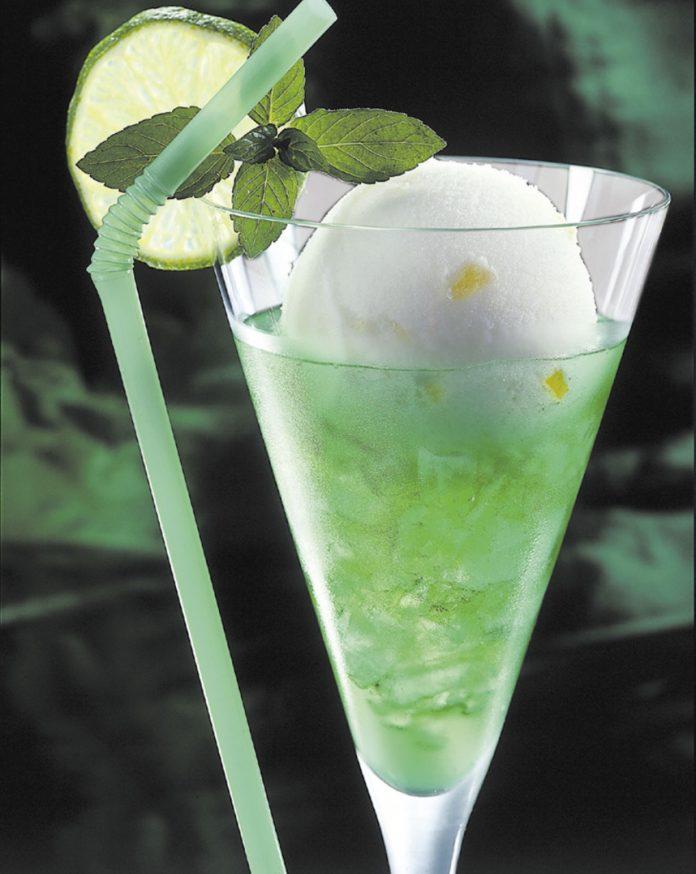 Cocktail mit Eis Sommer-Drink Zitroneneis Minze
