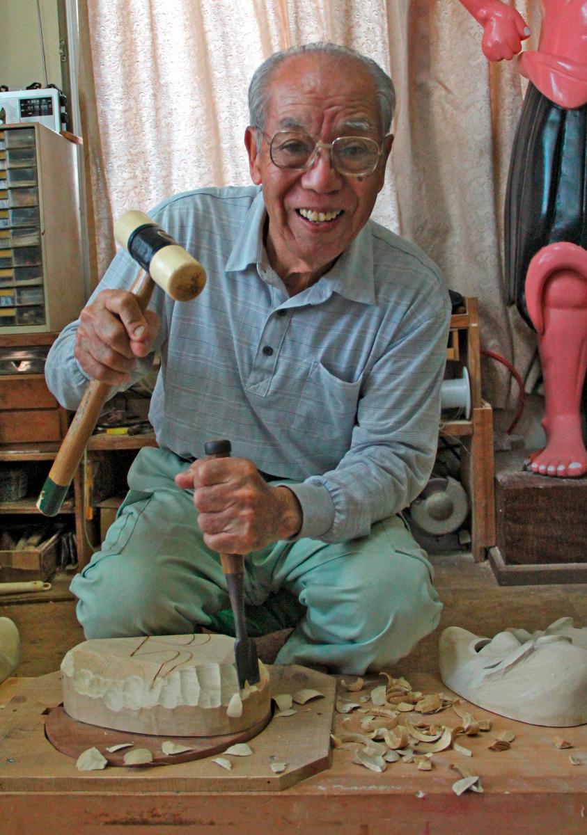 Maskenschnitzer-82-Jahre-alt,-arbeitet-7-Tage-12-Stunden-taeglich