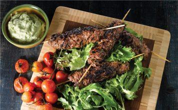 Rezepte irische Küche - Gegrillte Hackfleischspieße mit Avocado- Dressing