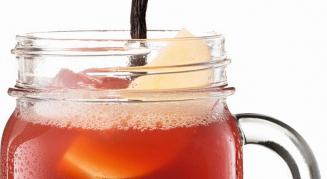 Cocktail mit schwarzer Johannisbeere