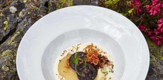 Schwarzwurst gebraten mit Erdäpfelpüree und roh mariniert auf Süsswein-Apfelkompott Koschina