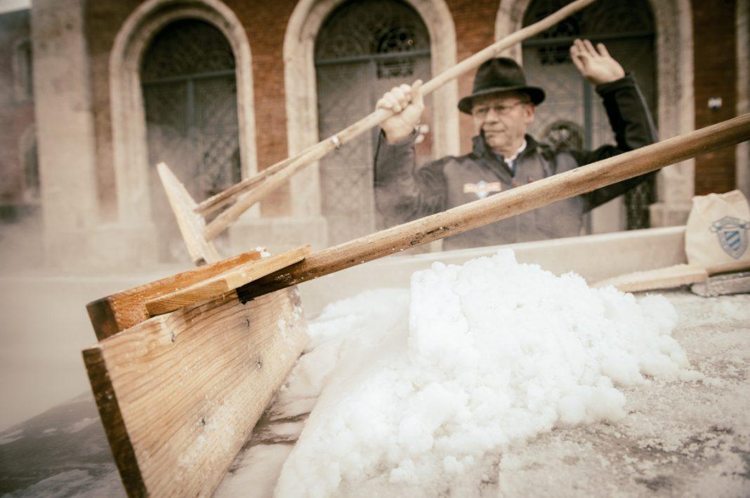 Salz in Handarbeit hergestellt: aus der Alpensaline Bad Reichenhaller
