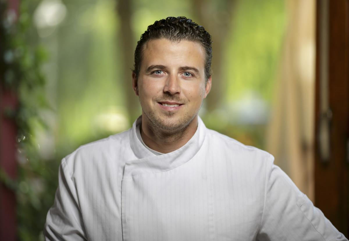 """Christopher Kümper, """"Aufsteiger des Jahres 2017"""", Chef de Cuisine im Restaurant Schwein kocht Schweinebauch mit Bete-Dashi und Miso - Rezept zum Nachkochen."""