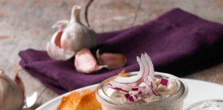 Scharfer Dip zu gebackenen Olivenbrotscheiben