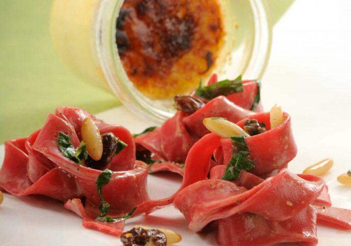 Purpur-Tagliatelle mit Muskatblütenschaum und Ziegenkäse-Crème Brûllée