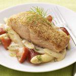 Gratiniertes Lachsfilet auf Spargel-Erdbeer-Gemüse