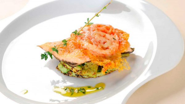 Gratinierter Fisch auf Zucchinipuffer mit Pistou