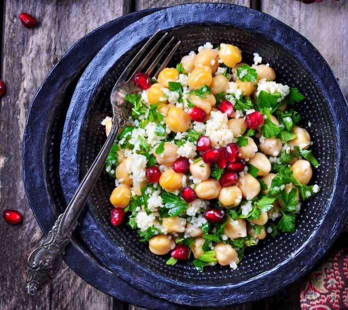 Kichererbsen-Salat mit couscous und Granatapfel
