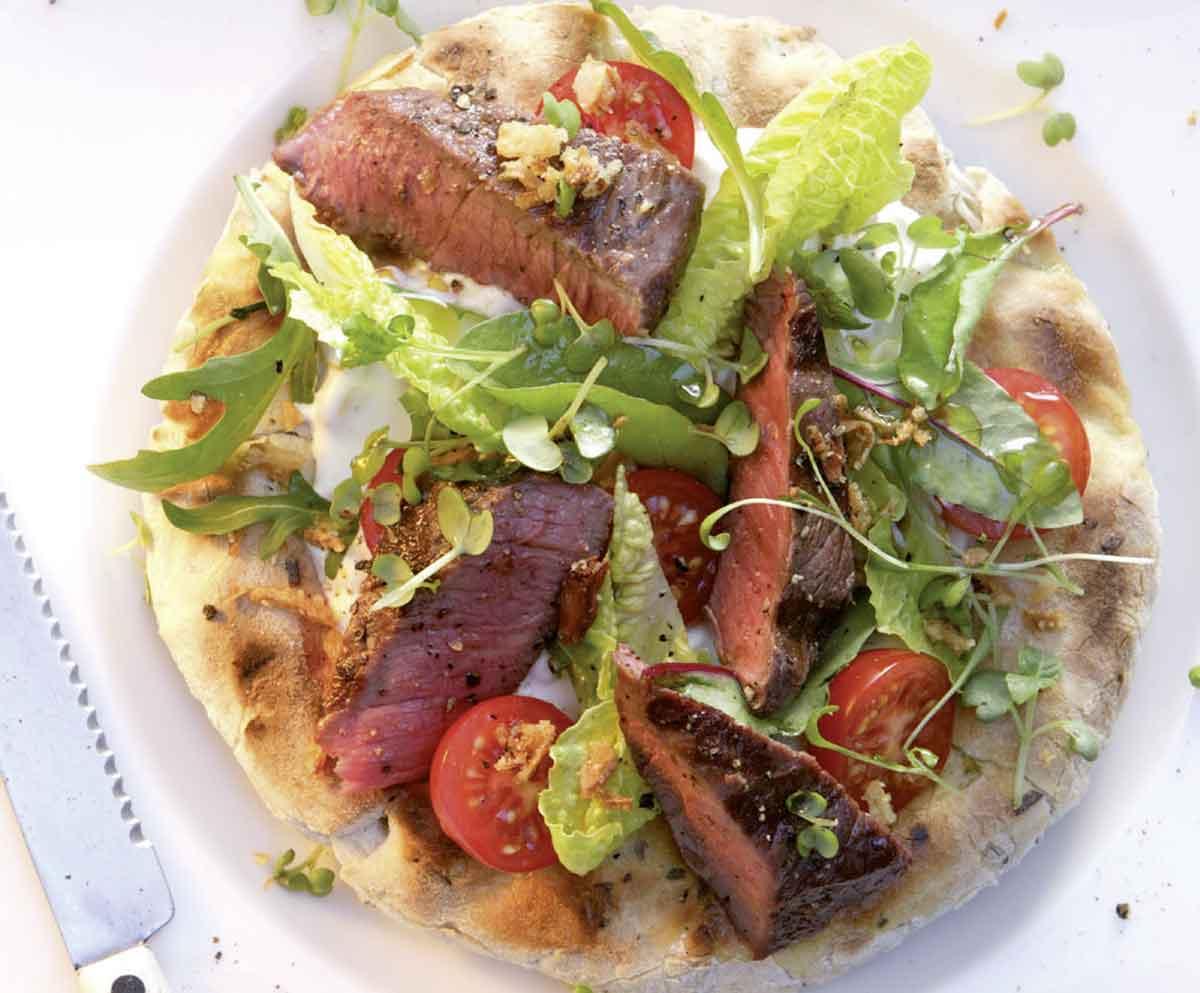 Fladenbrot vom Grill mit Steak und Salat von Johann Lafer
