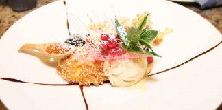 Apfelradl im Weizenbierbackteig mit Fichtenhonig-Eis und gebackenen Holunderblüten