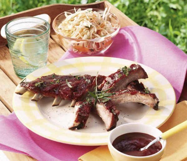 Sparerips mit Honig-Cranberry Sauce und Coleslaw
