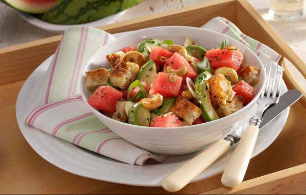 Ciabatta-Brotsalat mit Wassermelone und Avocado