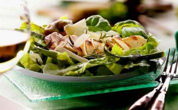 Romanasalat mit grünen Bohnen und Hähnchenbrust