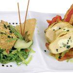 In Sesam pochierter Fjordlachs auf Seegrassalat, Pastinakencreme und Landhuhn auf fruchtigem Gemüsesalat