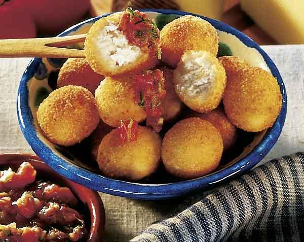 Machengo-Bällchen mit Zucchini-Tomaten-Dip