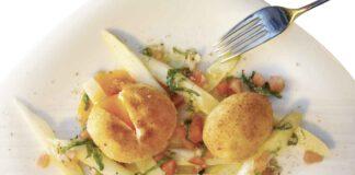 Johann Lafer: Spargelsalat mit gebackenem Ei und Tomaten-Bärlauch-Vinaigrette