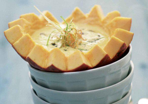 Kürbisrahmsuppe mit fritierten Gemüsestreifen