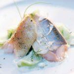 Geräucherter Saibling auf Sauerrahm-Gurken-Salat