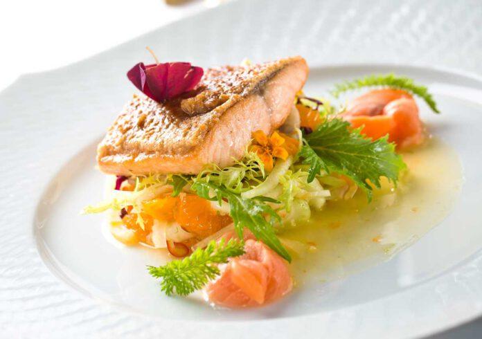 Gebratener Saibling in Maronenkruste auf lauwarmem Fenchel-Mandarinen-Salat