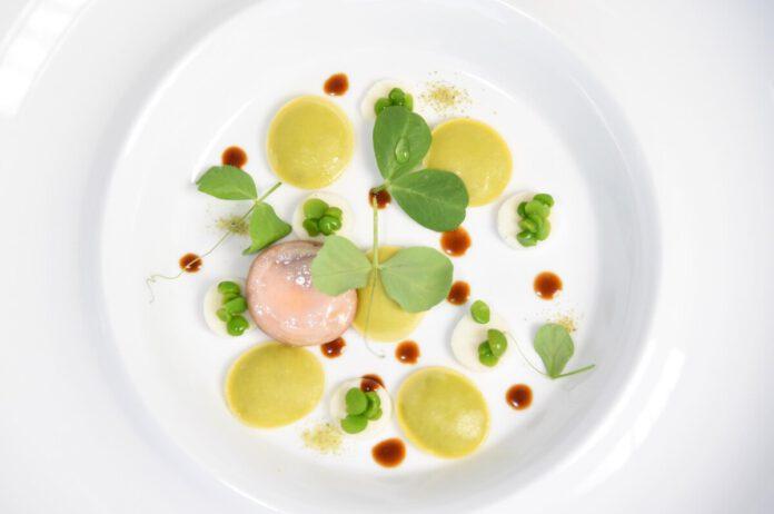 Antonino Montefusco: Raviolini gefüllt mit Erbsen, Kaninchen in Pfeffer-Infusion, Ricotta und Erbsensprossen