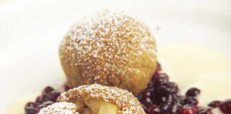 Gebackene Apfelknödel mit Preiselbeer-Gewürz-Ragout und Calvadossabayon