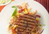 Gegrillte Schweinenackensteak auf Reissalat mit Bärlauchfrischkäse