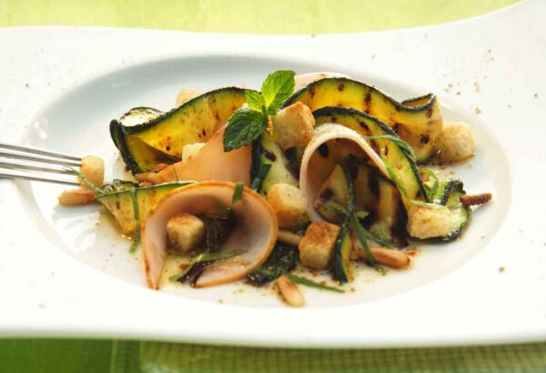 Salat von gegrillten Zucchini mit Minze