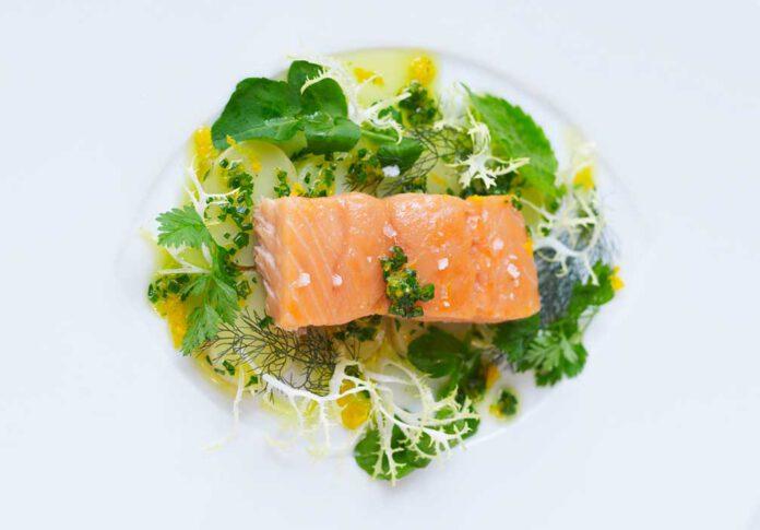 Cornelia Poletto: Pochierter Lachs mit lauwarmem Kartoffelsalat in Orangen Salsa Verde